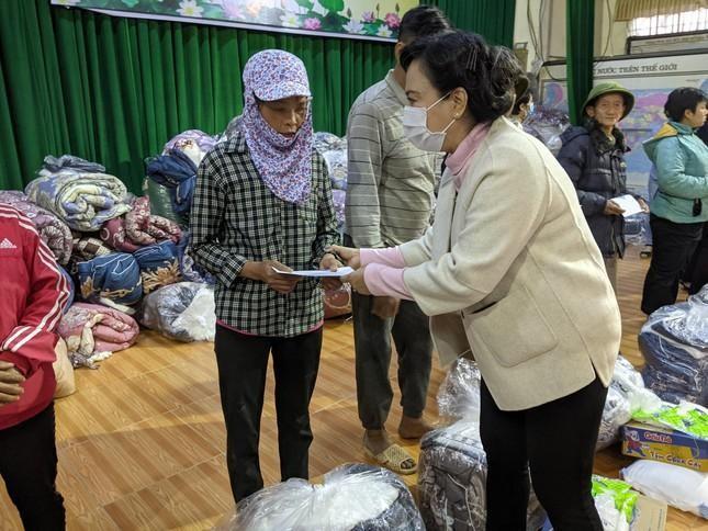 Bà Mai Thị Hạnh, phu nhân nguyên Chủ tịch nước Trương Tấn Sang, đại diện nhóm Sharing trao quà trong đợt chia sẻ tết do Trung ương Giáo hội tổ chức - Ảnh: Giao Hảo