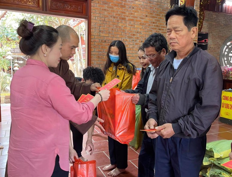 Đại đức Thích Đồng Tuệ, trụ trì chùa Hà (Nam Đàn) trao quà tại xã Hùng Tiến
