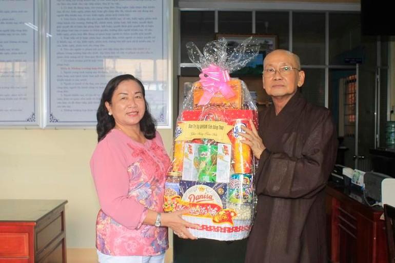 Hòa thượng Thích Chơn Minh tặng quà tết tại mỗi nơi đoàn đến thăm