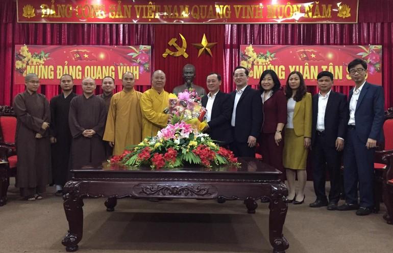 Đoàn lãnh đạo Phật giáo Vinh chúc Tết chính quyền thành phố - Ảnh: Hữu Tình