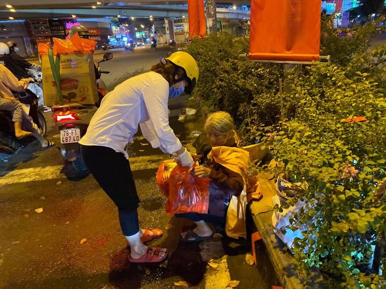 Nhóm tặng quà cho một cụ già vô gia cư trước thềm xuân mới, tối 27 Tết