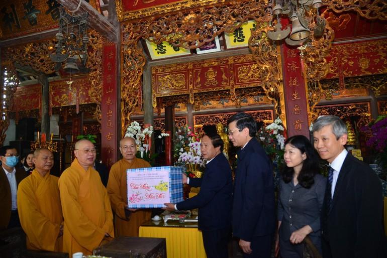 Bí thư Thành uỷ, Chủ tịch HĐND Lê Văn tặng quà chúc tết Ban Trị sự GHPGVN TP.Hải Phòng