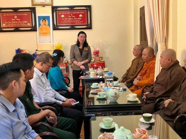 Bà Triệu Lệ Khánh đại diện lãnh đạo chính quyền chúc tết đến Ban Trị sự