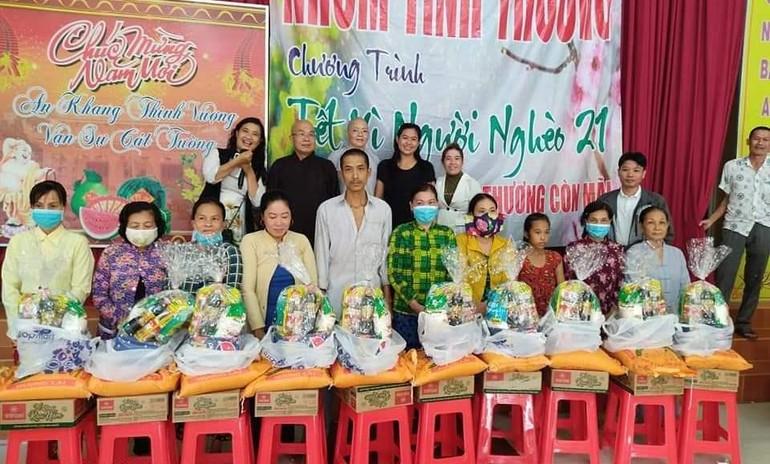 Nhóm Phật tử chùa Linh Bửu tặng quà Tết cho người nghèo