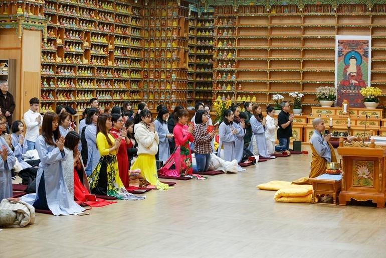 Một buổi sinh hoạt của đạo tràng Phật tử Việt Nam tại Hàn Quốc dưới sự hướng dẫn của Sư cô Thích nữ Giác Lệ Hiếu - Ảnh: NVCC