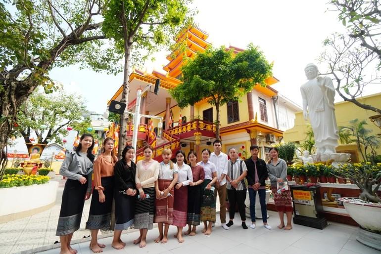 Các bạn sinh viên Lào viếng chùa Tam Bảo