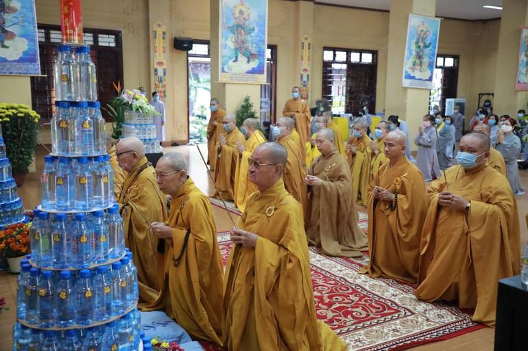 Chư tôn giáo phẩm dâng hương bạch Phật