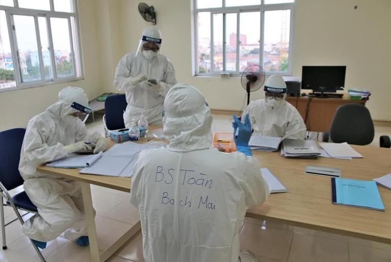 Các bác sĩ Bệnh viện Bạch Mai chi viện Hải Dương, đang làm việc tại bệnh viện dã chiến - Ảnh: Bộ Y tế.