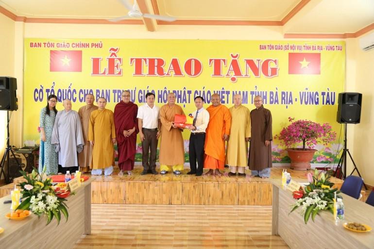 HT.Thích Quảng Hiển nhận cờ Tổ quốc từ ông Trà Quang Thanh