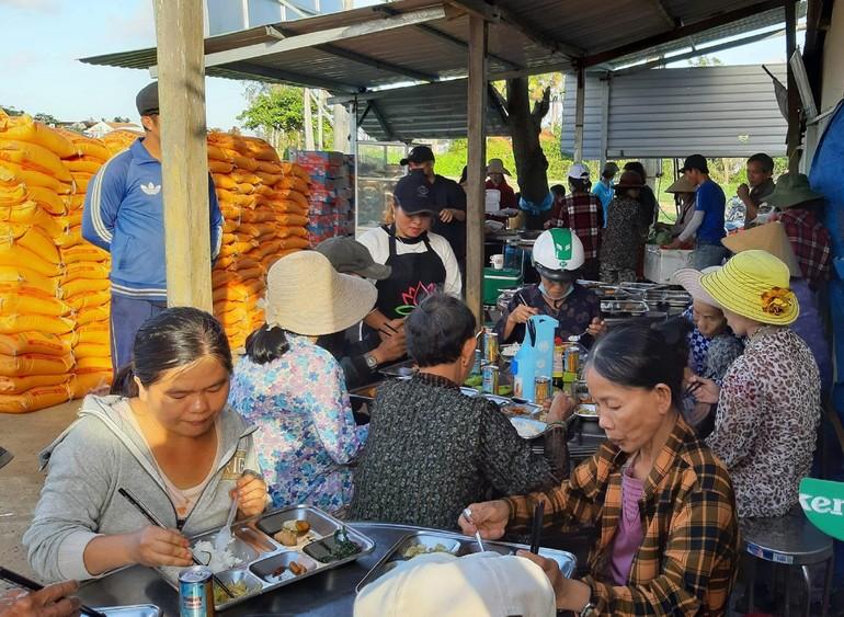 Suất cơm 5 ngàn đồng giúp người nghèo yên tâm mưu sinh