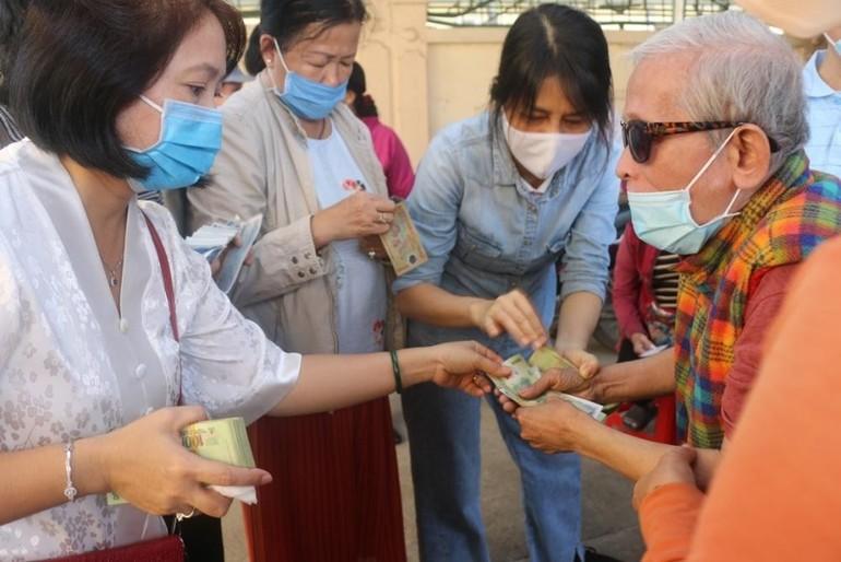 Ban Từ thiện thiền viện Vạn Hạnh tặng quà đến người khiếm thị tại huyện Trảng Bom