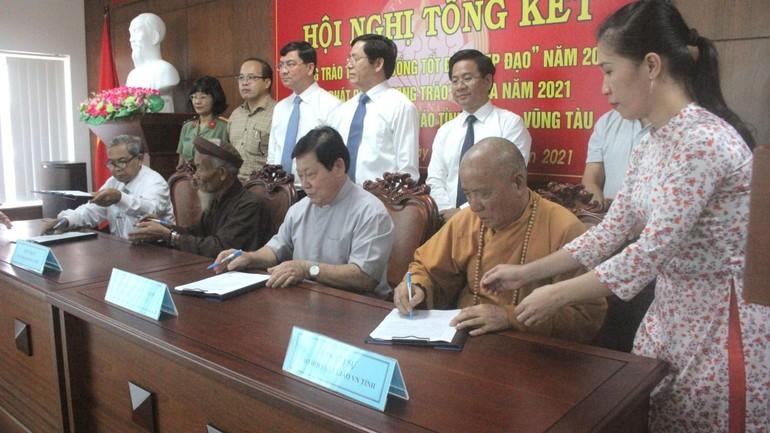Các vị chức sắc tôn giáo trên địa bàn tỉnh đã ký kết giao ước thi đua năm 2021