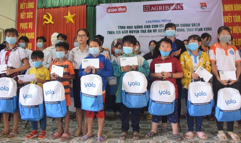Báo Giáo dục TP.HCM trao học bổng cho con em gia đình chính sách huyện Trà Ôn và Tam Bình