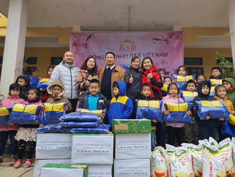Đoàn từ thiện trao quà cho học sinh tỉnh Quảng Bình