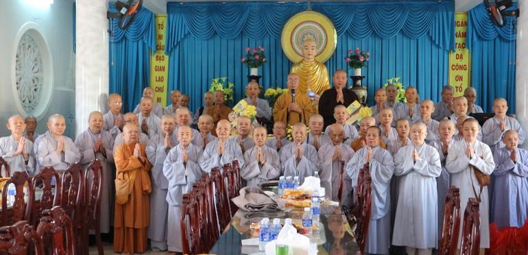 Chư Ni Phân ban Ni giới chụp ảnh lưu niệm nhân họp triển khai Phật sự đầu năm 2021