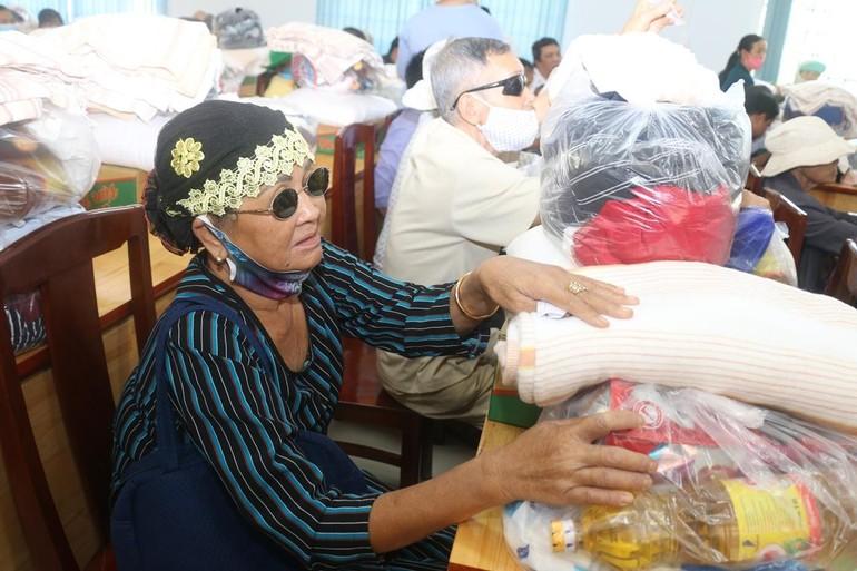 Ban Từ thiện thiền viện Vạn Hạnh tặng quà tại Đồng Nai