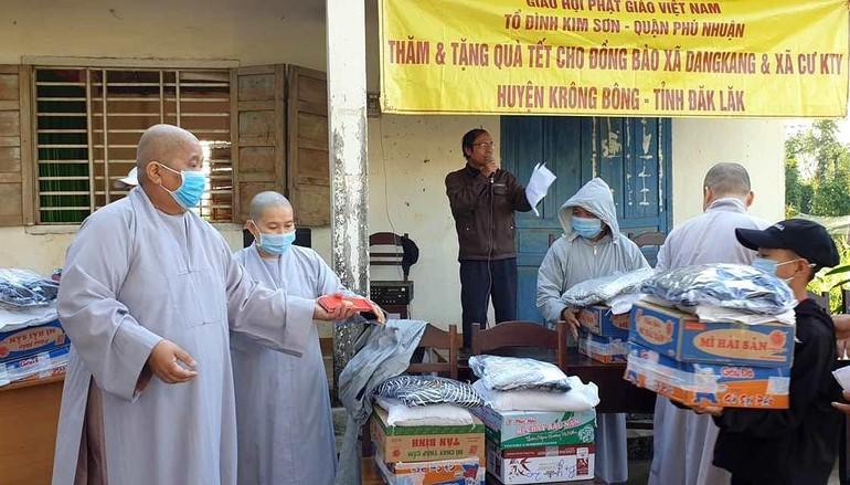Tổ đình Kim Sơn trao quà Tết chia sẻ quà Tết đến đồng bào khó khăn