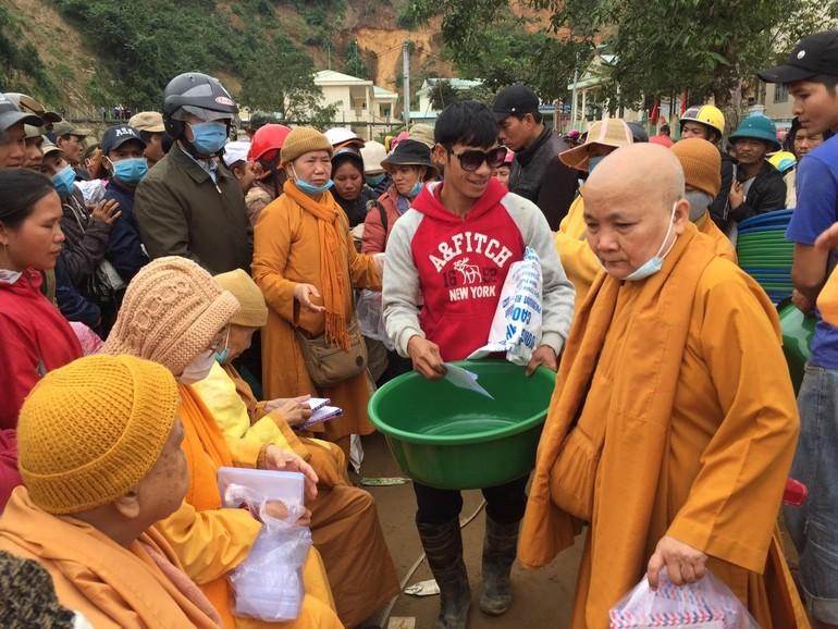 Đoàn từ thiện Ni giới Hệ phái Khất sĩ trao quà tại tỉnh Quảng Nam