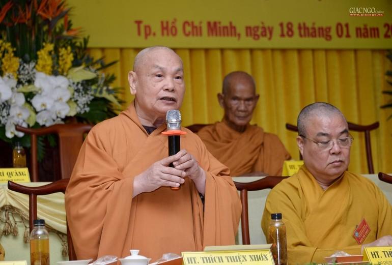 Hòa thượng Thích Thiện Nhơn lấy ý kiến đại biểu thông qua Nghị quyết kỳ 5 - khóa VIII gồm 19 điểm