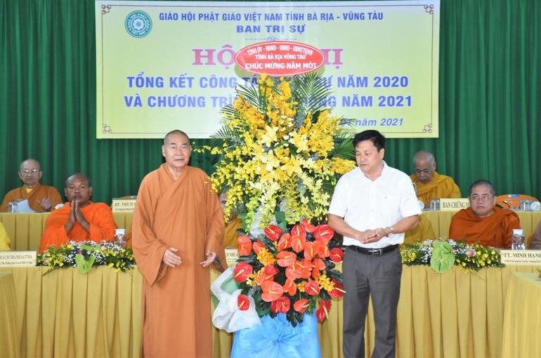 Đại diện Tỉnh ủy, các cơ quan tỉnh tặng hoa chúc mừng