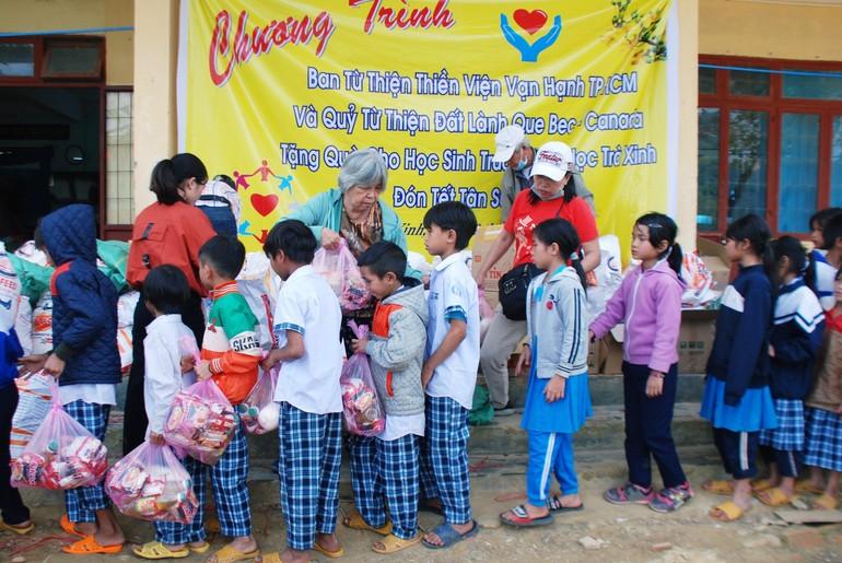 Ban Từ thiện thiền viện Vạn Hạnh trao quà cho học sinh xã Trà Xinh, huyện Trà Bồng, Quảng Ngãi
