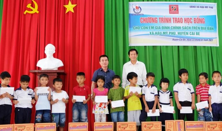 100 học sinh nhận học bổng là con các gia đình khó khăn ở xã Hậu Mỹ Phú, tỉnh Tiền Giang