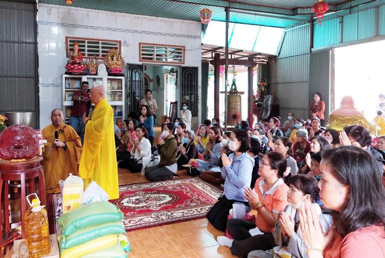 Hòa thượng Thích Chơn Nguyên thay mặt đoàn Phật tử tác bạch cúng dường - Ảnh: CTV