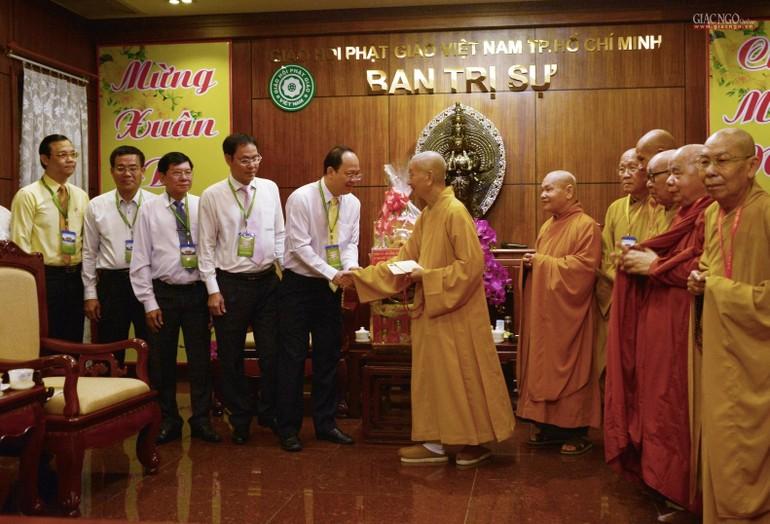 Trưởng lão Hòa thượng Thích Trí Quảng, Hòa thượng Thích Thiện Nhơn tiếp thân mật đoàn Thành ủy - Ảnh: Bảo Toàn