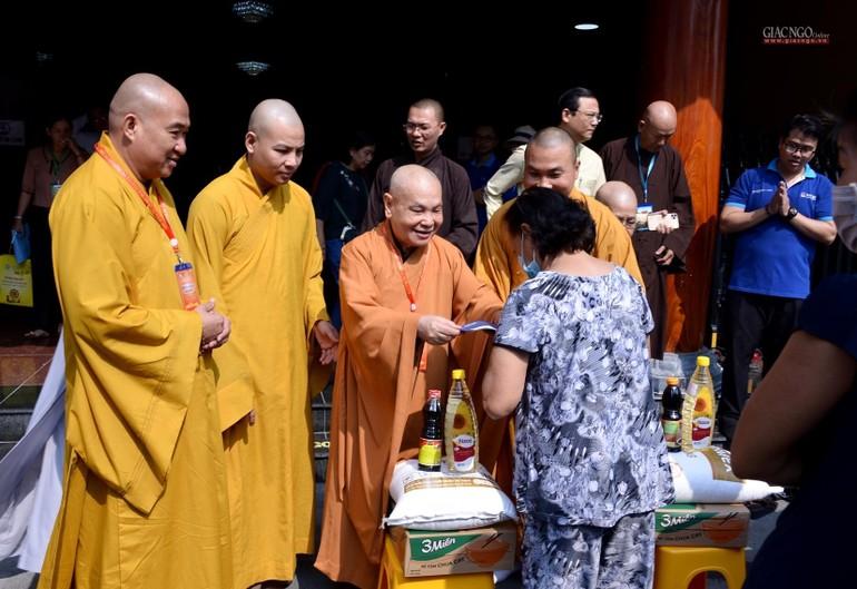 Hòa thượng Thích Thiện Nhơn, Chủ tịch Hội đồng Trị sự trao quà đến các hộ nghèo