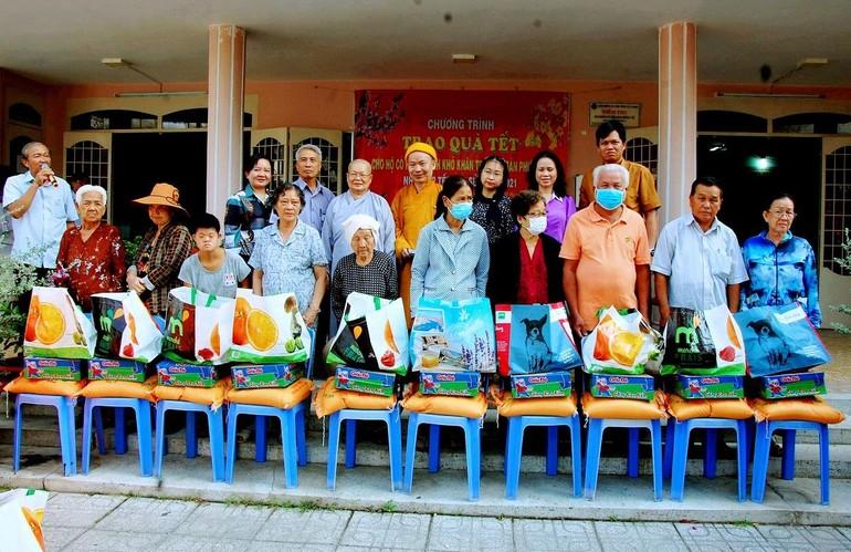 Đoàn từ thiện trao quà Tết cho người già, người khuyết tật phường 2, Thành phố Tây Ninh