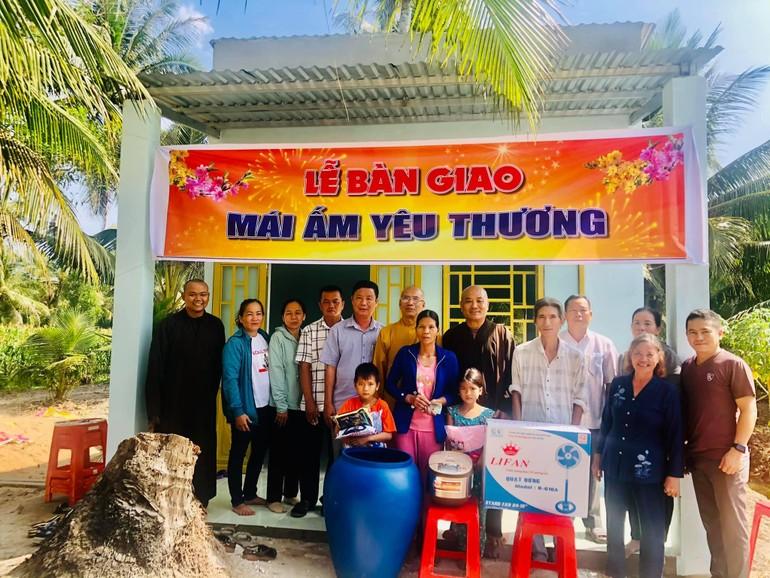 Đoàn từ thiện chùa Thường Quang bàn giao nhà tại tỉnh Sóc Trăng
