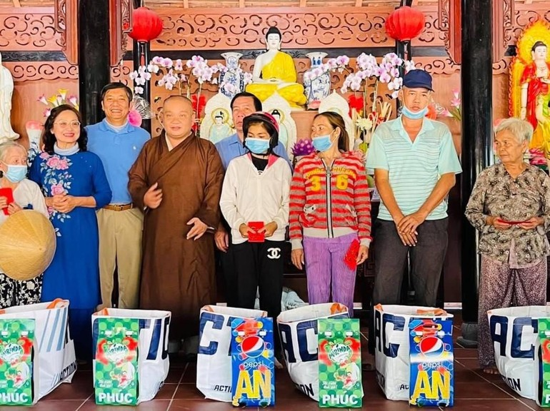 Đại đức Thích Trung Nguyện, Phật tử tổ đình Ấn Quang tặng quà Tết tại xã Quới Thành - Ảnh: CTV