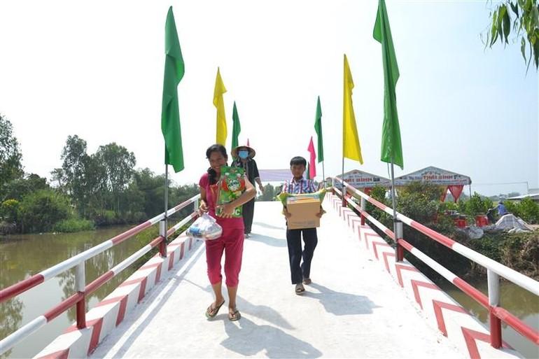 Đây là cây cầu kiên cố đầu tiên đối với 500 hộ dân tại ấp 5, xã Phong Mỹ