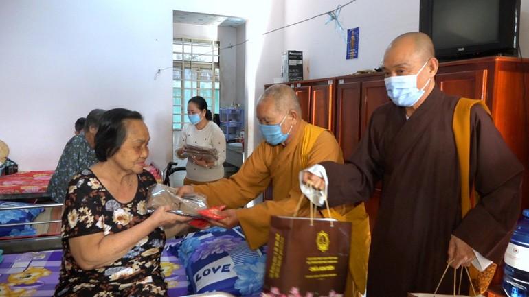 Hòa thượng Thích Huệ Tài cùng chư tôn đức Ban Trị sự tỉnh An Giang, chùa Kim Tiên trao quà Tết