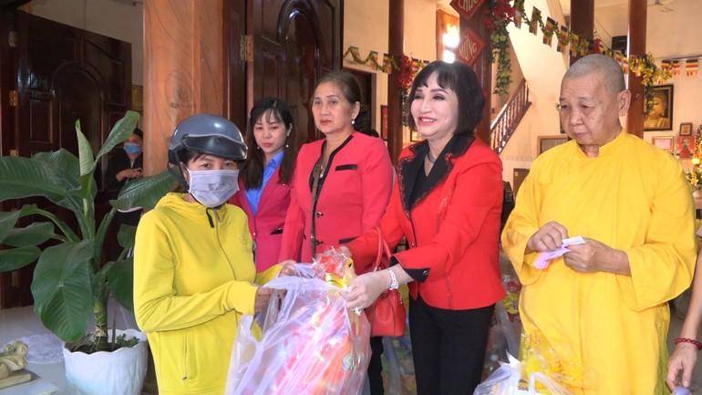 Chùa Phước Lộc Thọ trao quà Tết đến những hộ khó khăn