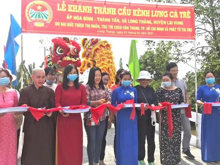 Chùa Văn Thánh cắt băng khánh thành cầu bê-tông tại huyện Lai vung - Đồng Tháp - Ảnh: T.N