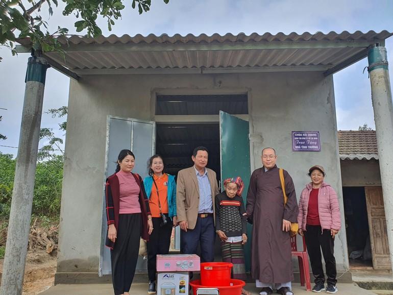 Thượng tọa Thích Đạt Đức bàn giao nhà tình thương cho bà Hồ Thị Uôi