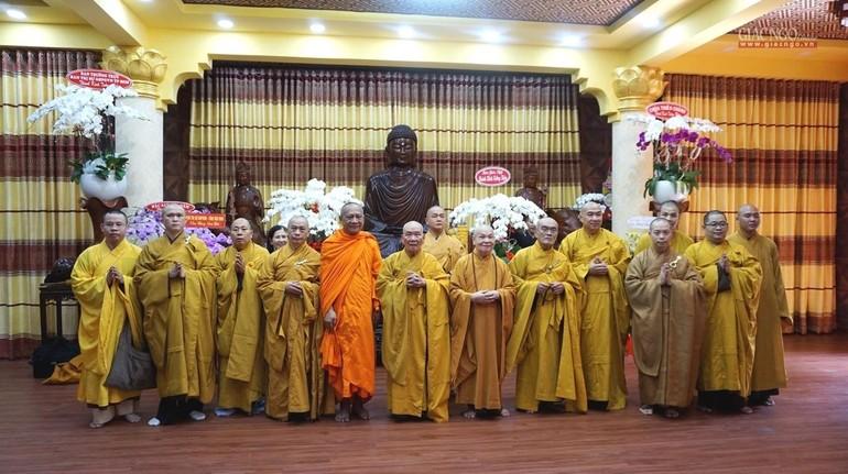 Chư tôn đức Văn phòng II Trung ương Giáo hội, Ban Nghi lễ T.Ư chụp ảnh lưu niệm tại chùa Minh Đạo