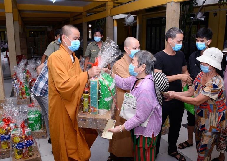 Chư Tăng chùa Vĩnh Nghiêm trao quà Tết đến các hộ nghèo trong khu vực phường Võ Thị Sáu