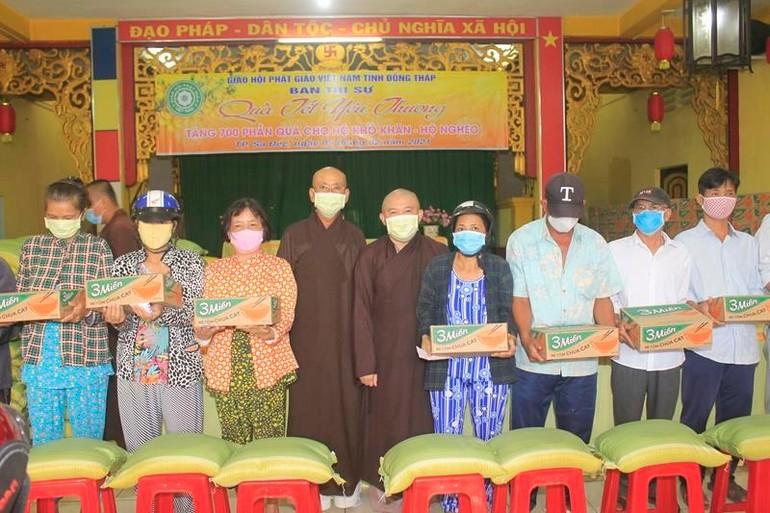 Ban Trị sự Phật giáo tỉnh Đồng Tháp đã tổ chức tặng 700 phần quà Tết đến gia đình nghèo
