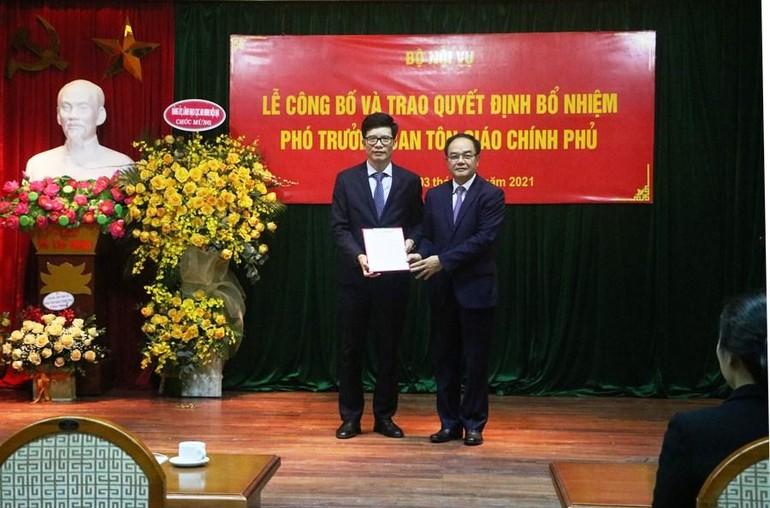 Ông Vũ Chiến Thắng trao quyết định bổ nhiệm đến ông Nguyễn Tiến Trọng