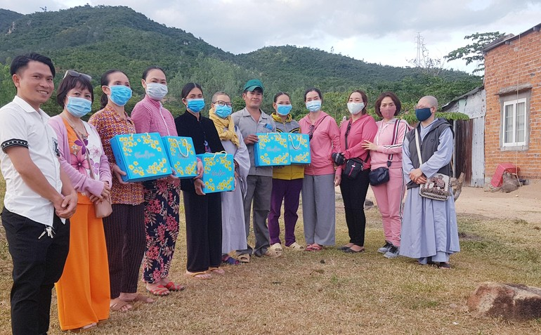 Nhóm Vạn Duyên Từ Tâm trao quà Tết tại xã Vĩnh Lương, thành phố Nha Trang
