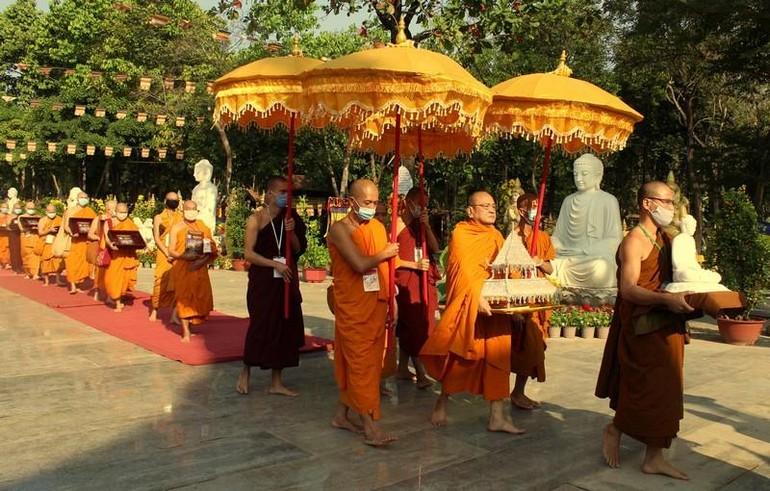 Cung rước Tam tạng trong khuôn viên thiền viện Phước Sơn
