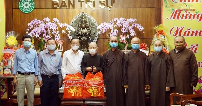 Ông Nguyễn Hữu Hiệp trao quà chúc mừng năm mới đến chư tôn đức Ban Trị sự