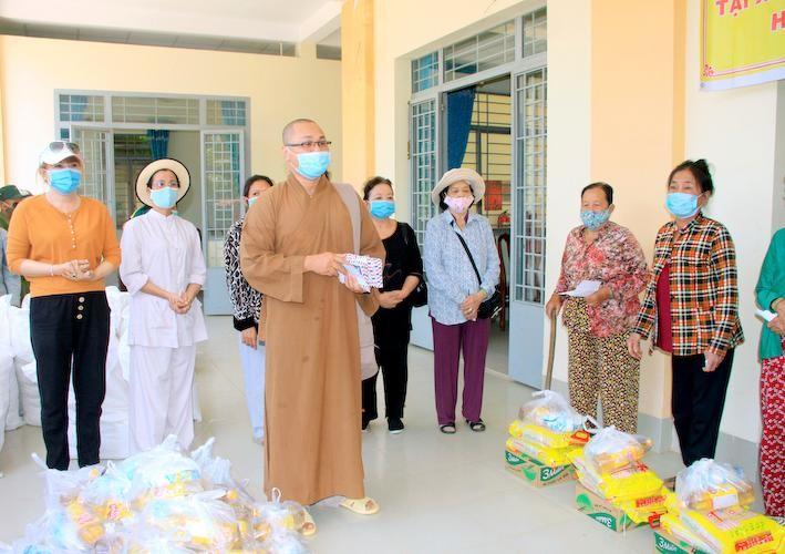 Đại đức Thích An Ý, chùa Đông Phước (quận 8, TP.HCM) trao quà tại xã Vĩnh Trị