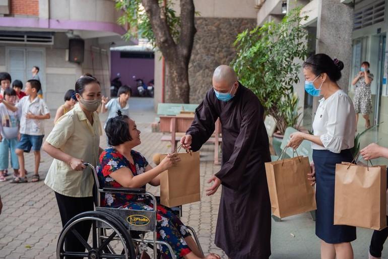 Đoàn từ thiện chùa Minh Đạo trao quà đến người tàn tật kém may mắn nhân đầu năm mới