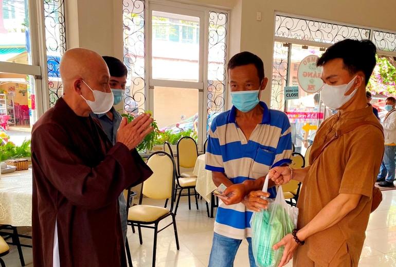 TT.Thích Quảng Tâm trao quà đến bệnh nhân thận khó khăn ngày 26-2-2021