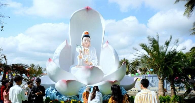 Tôn tượng Quan Thế Âm trên đóa sen đẹp trong khuôn viên chùa Thanh Lương