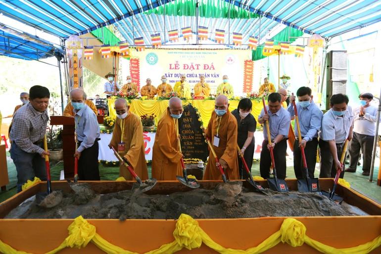 Chư tôn đức, đại diện các cơ quan cử hành nghi thức cầu nguyện lễ đặt đá chính thức
