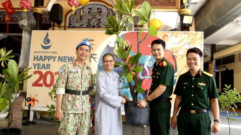 Đại diện Bệnh viện 175 tặng cây xanh đến Sư cô Thích nữ Huệ Đức